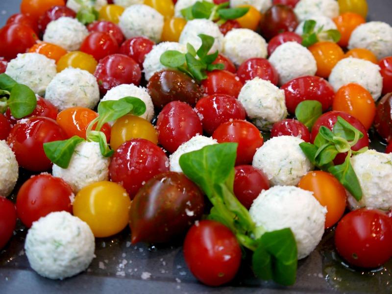 σαλάτα ντοματίνια με τυριά: ανθότυρο και φέτα