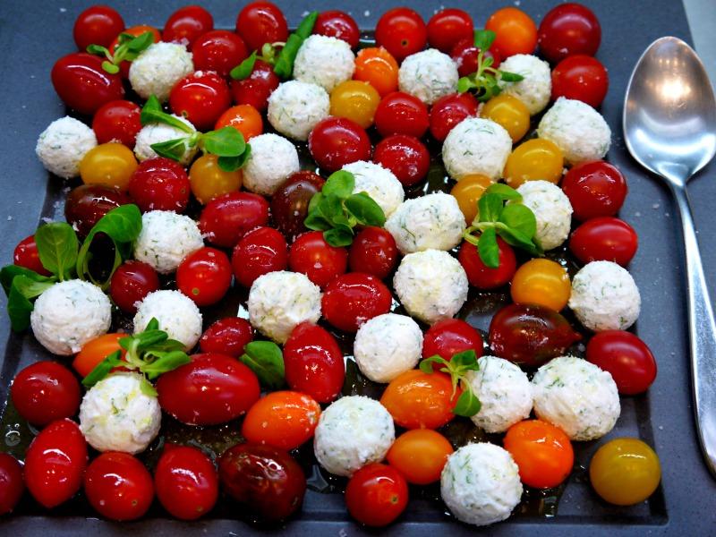 σαλάτα ντοματίνια με τυριά: μείγμα από ανθότυρο και φέτα
