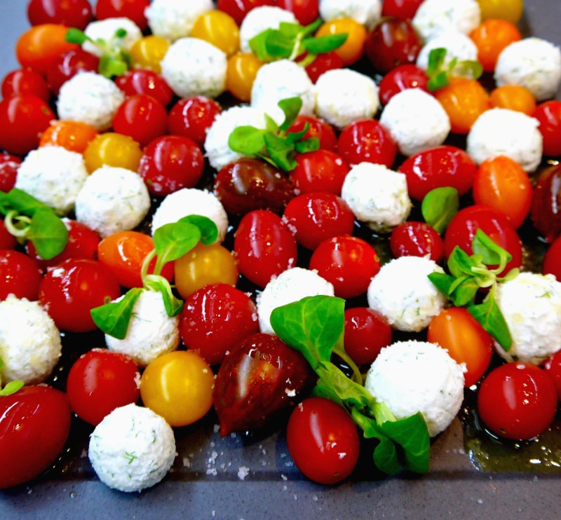 σαλάτα ντοματίνια με τυριά, σε φουλ του μάραθου