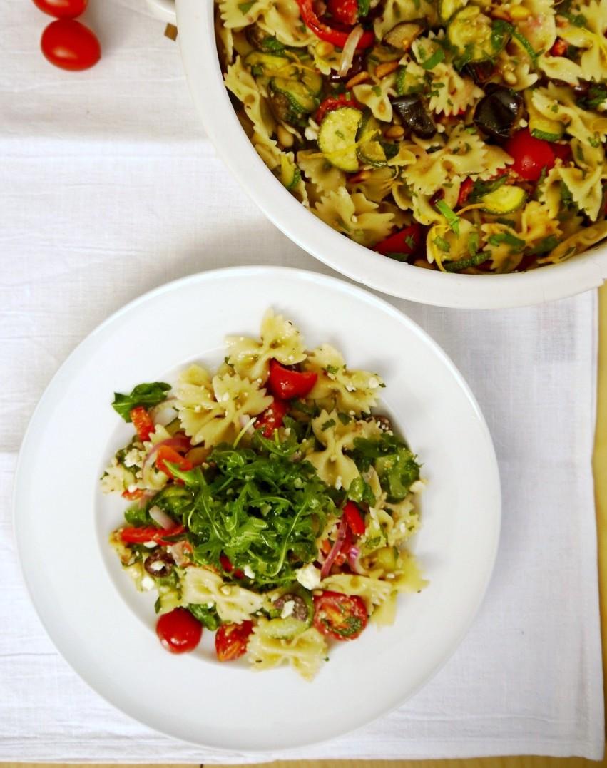 μακαρονοσαλάτα μεσογειακή με πεταλούδες/ φαρφάλες και λαχανικά ωμά και ψητά