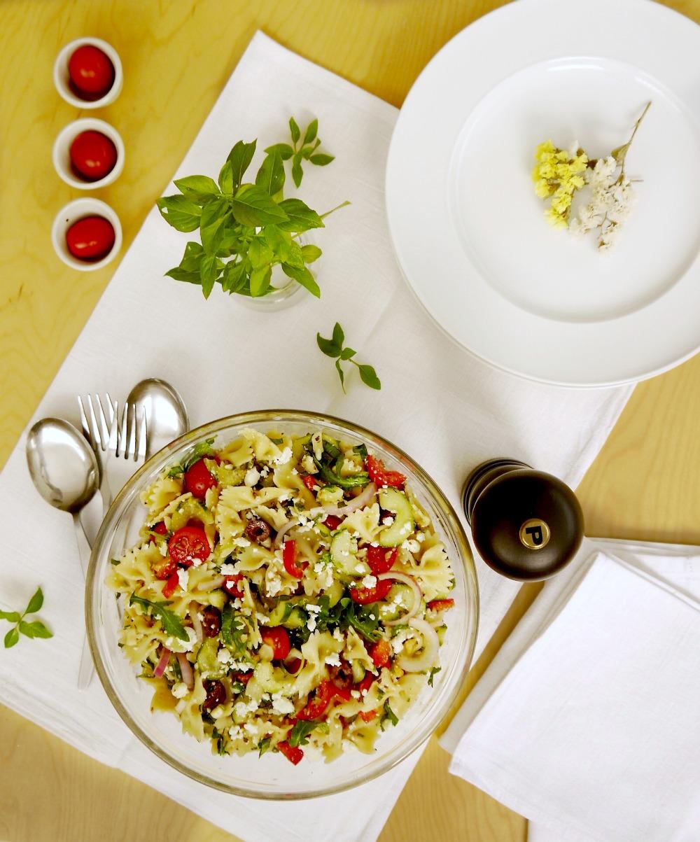 Κρύα μακαρονοσαλάτα μεσογειακή με πεταλούδες/ φαρφάλες και ωμά λαχανικά
