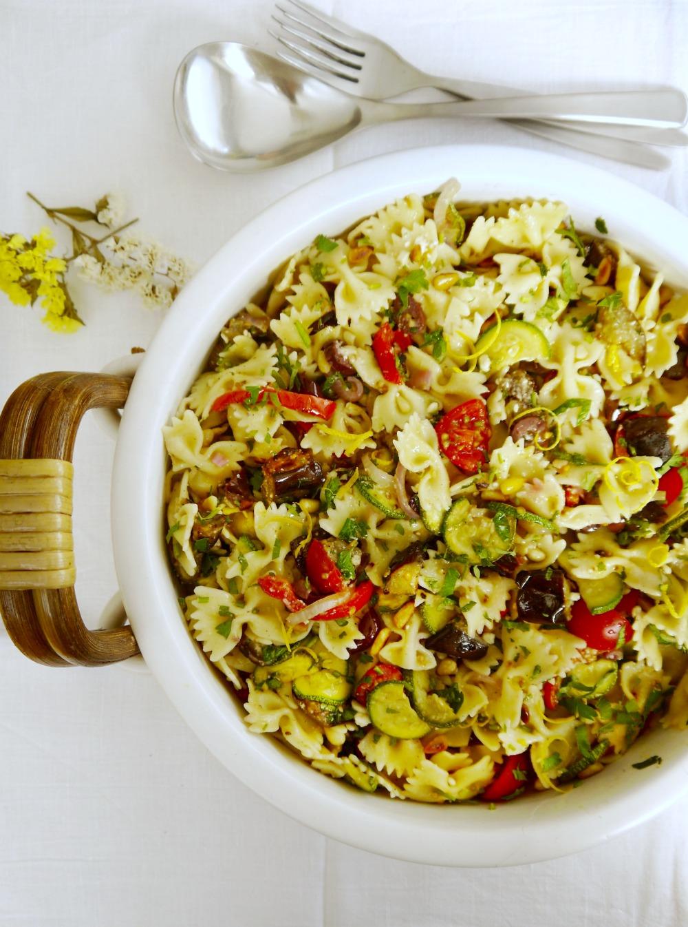 Κρύα μακαρονοσαλάτα μεσογειακή με πεταλούδες/ φαρφάλες και ψητά λαχανικά