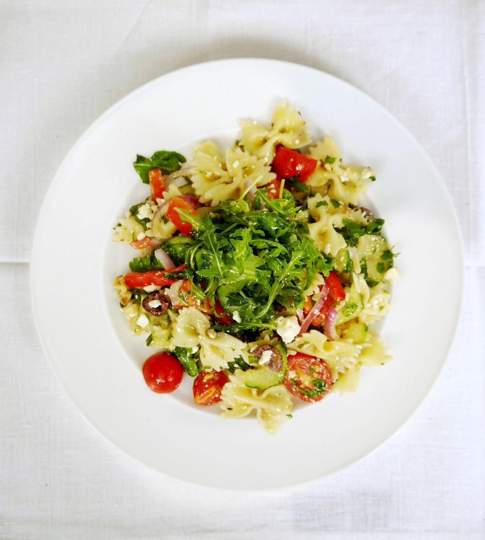 Κρύα, καλοκαιρινή μακαρονοσαλάτα με φαρφάλες και ωμά λαχανικά