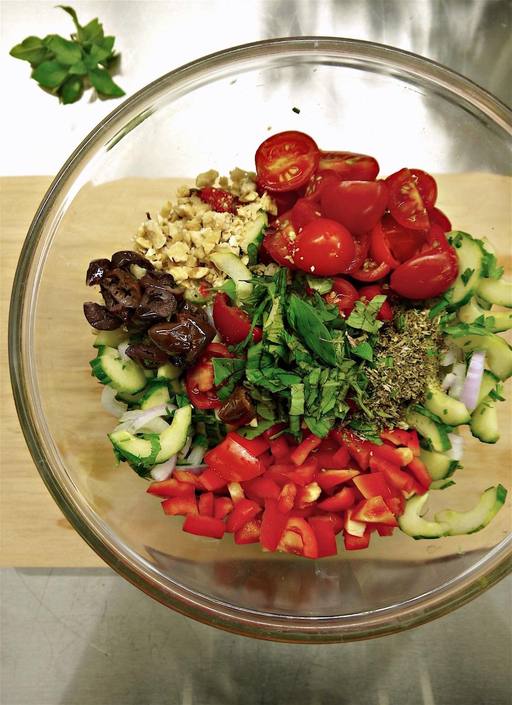 Φρέσκα ωμά λαχανικά για μακαρονοσαλάτα