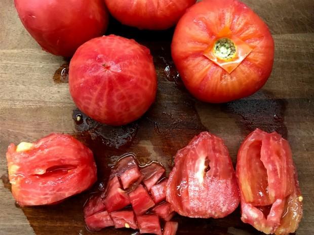 πως αποφλοιώνουμε ντομάτες και τις φιλετάρουμε