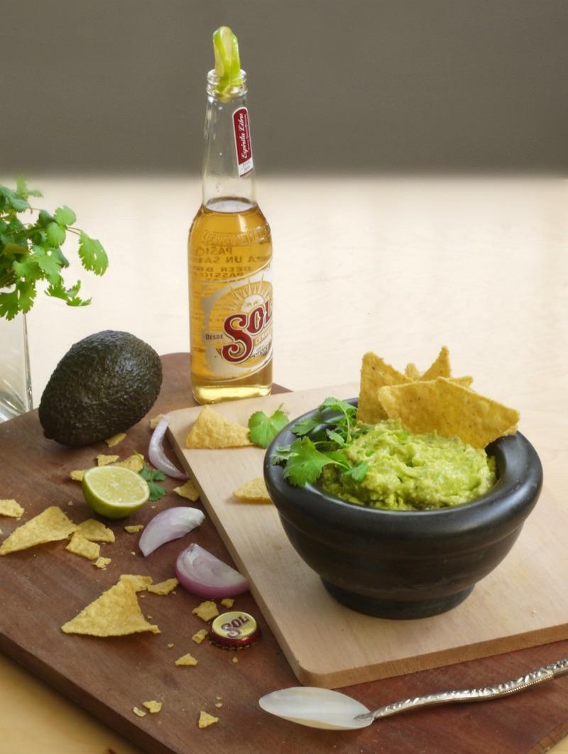 αυθεντικό μεξικάνικο γουακαμόλε, τορτίγιας και μπίρα