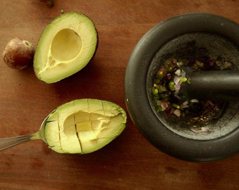 αυθεντικό. εύκολο μεξικάνικο γουακαμόλε με τα 4 υλικά και παρασκευή σε γουδί