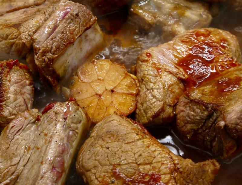 μοσχαρίσιες στηθοπλευρές στο φούρνο με μανιτάρια - το σκόρδο