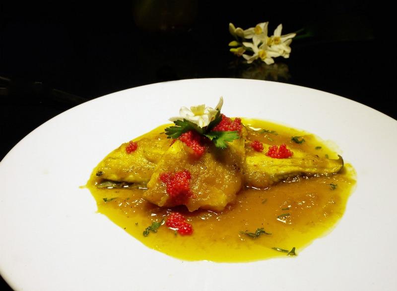 παπατζίδικο ψάρι με κρεμμύδια, ξίδι και σαφράν