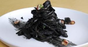 μαύρα ζυμαρικά με μελάνι σουπιάς και σουπιές