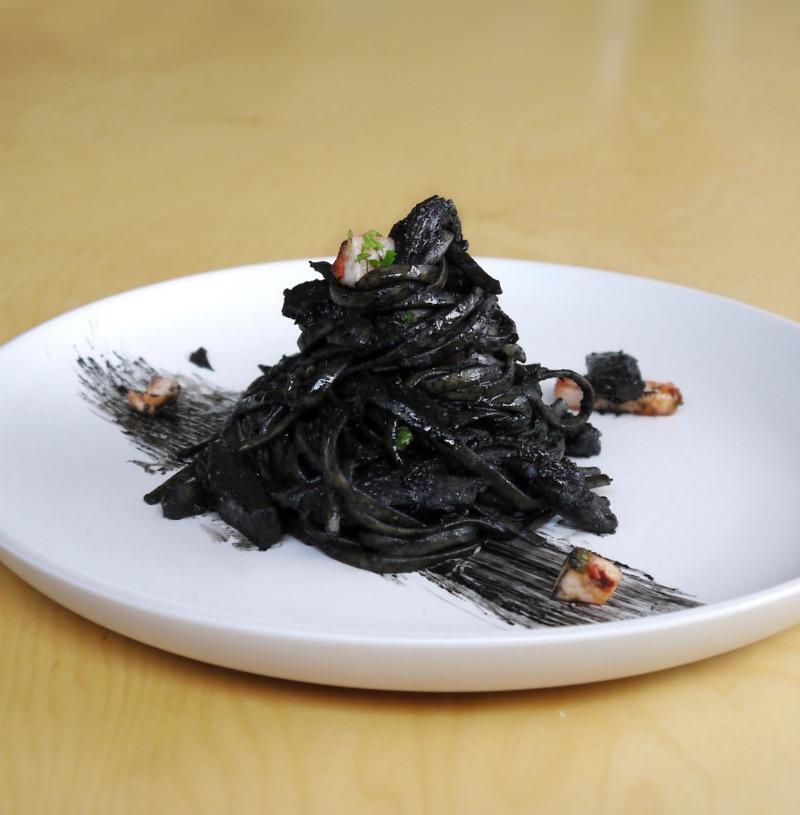 μαύρα ζυμαρικά με μελάνι σουπιάς