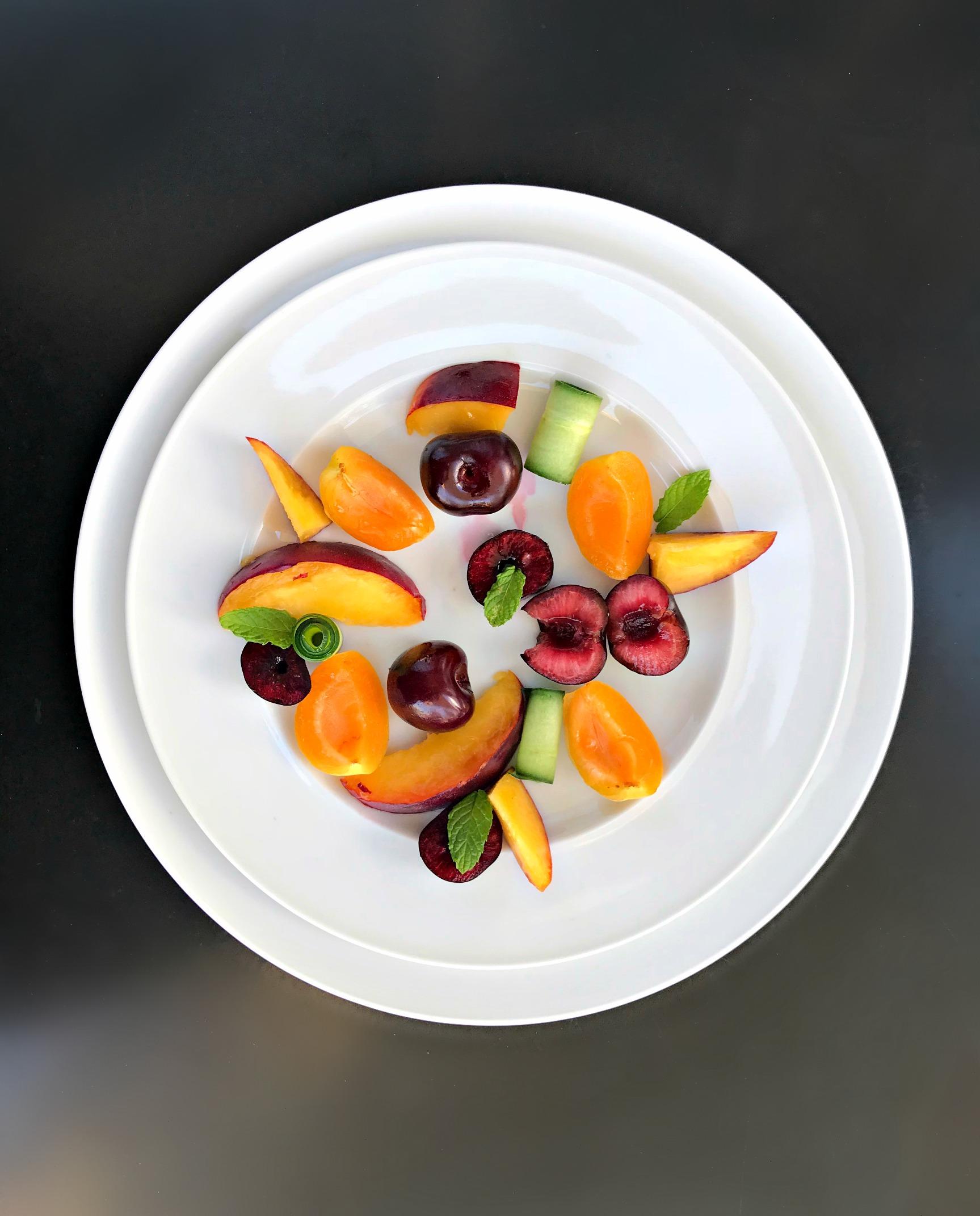 ετοιμάζοντας φρουτοσαλάτα με σάλτσα φρούτων