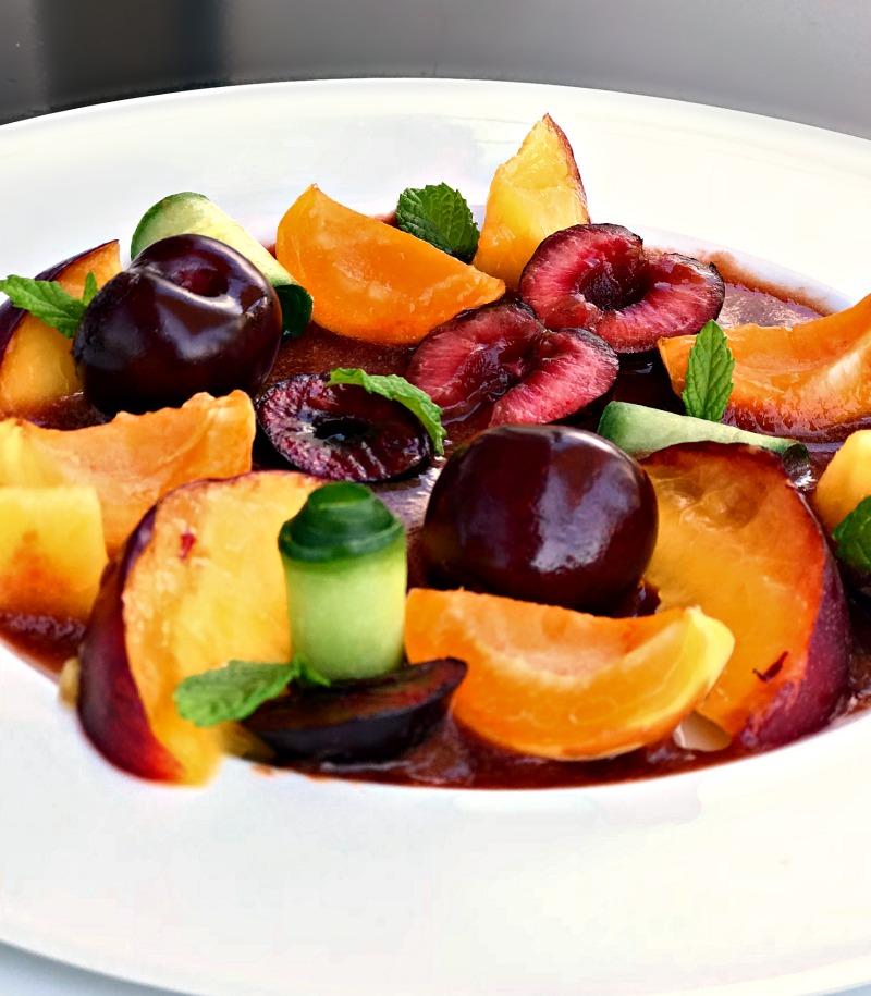 Καλοκαιρινή φρουτοσαλάτα με σάλτσα φρούτων