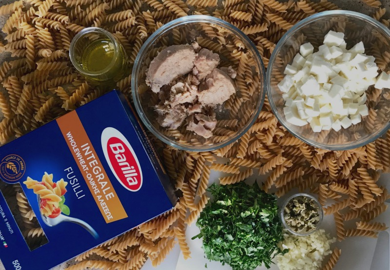 ζυμαρικά Fusilli Integrale Barilla, τόνος σε ελαιόλαδο, μοτσαρέλα, κάπαρες, μαϊνατός, κρεμμύδι