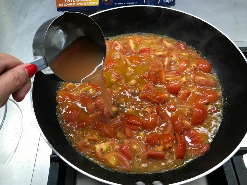 σάλτσα με ντοματίνια και σκόρδο και ζωμό γαρίδας