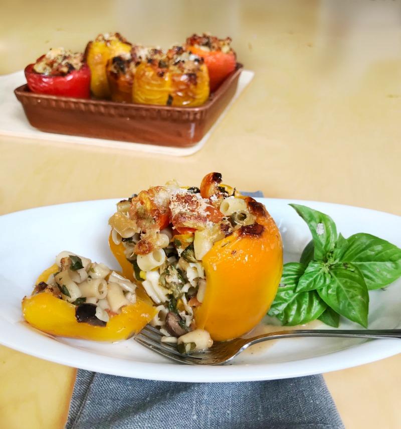 πιπεριές γεμιστές με ζυμαρικά - κοφτό μακαρονάκι