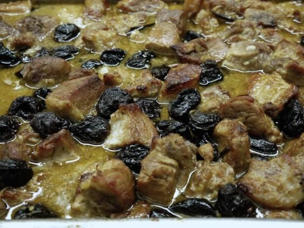 χοιρινό με δαμάσκηνα και μανταρίνι στο φούρνο