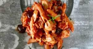 πένες από κόκκινες φακές με κοτόπουλο και ελιές