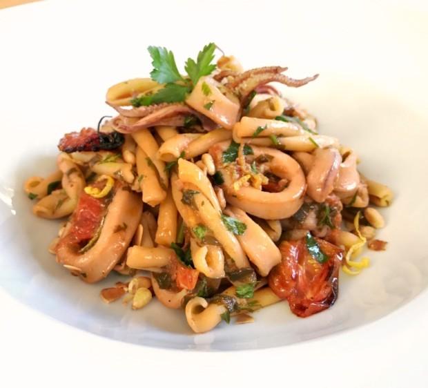 ζυμαρικά από ρεβίθια με καλαμαράκια