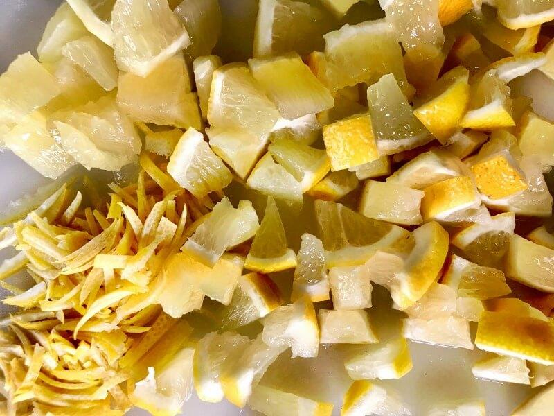 κομμένα λεμόνια για γρήγορη μαρμελάδα λεμόνι με τζίντζερ