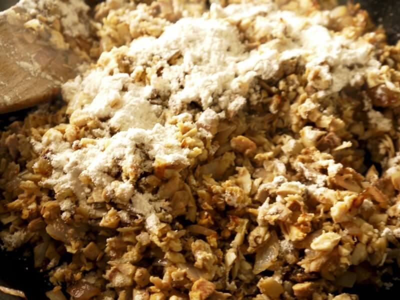 το αλεύρι στην γέμιση για κρεατόπιτα με αρνί - shepherd's pie