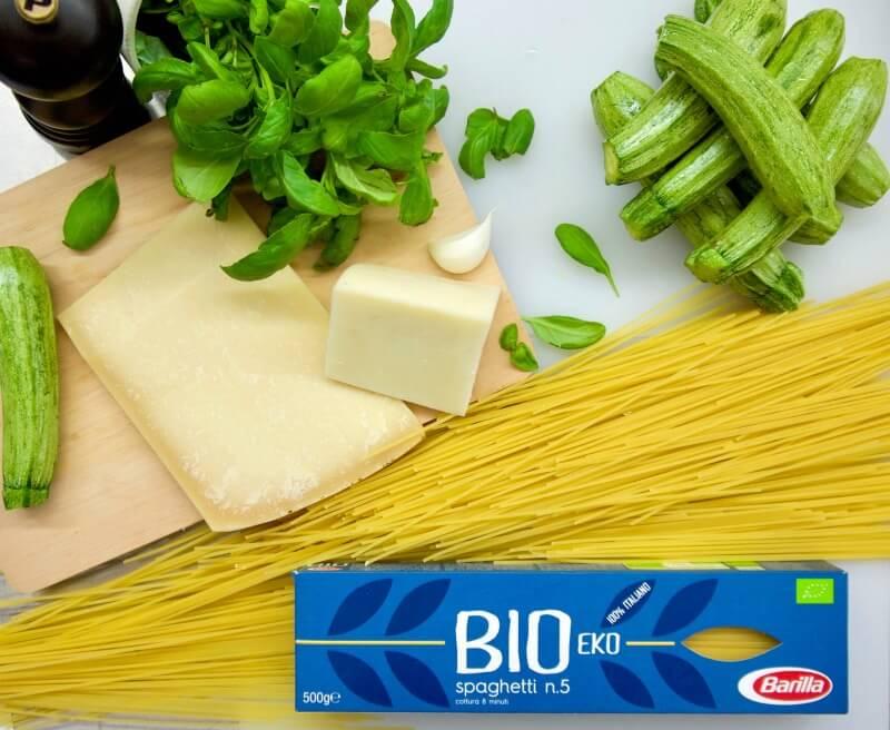 Bio Spaghetti Barilla με τα υλικά για σπαγγέτι με κολοκυθάκια και κρεμώδη σάλτσα τυριών