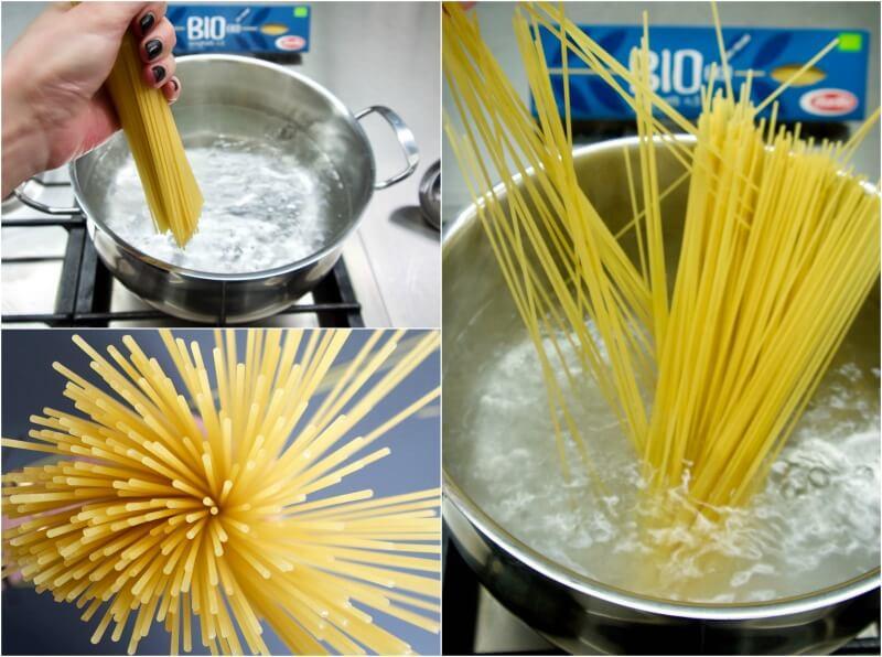 ετοιμάζοντας σπαγγέτι με κολοκυθάκια και κρεμώδη σάλτσα τυριών