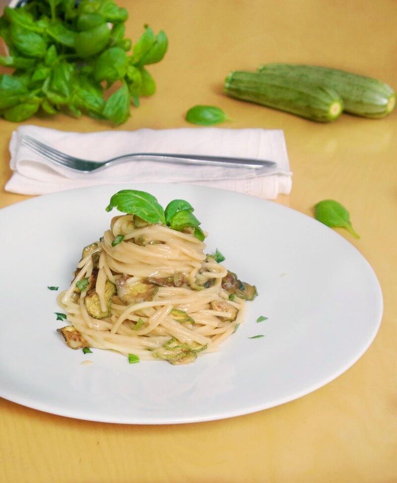 σπαγγέτι με κολοκυθάκια και κρεμώδη σάλτσα τυριών