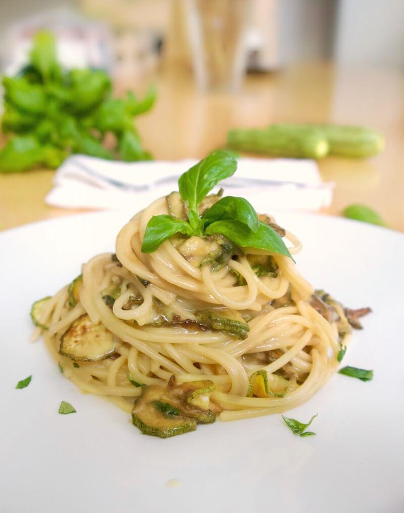 σπαγγέτι με κολοκυθάκια και κρεμώδη σάλτσα τυριών - κολοκυθάκια συνταγές