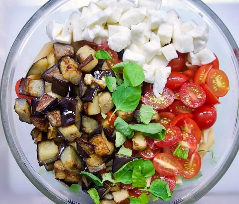 σαλάτα με ζυμαρικά και μελιτζάνες