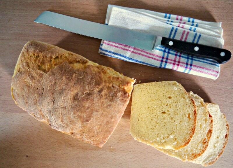 Εύκολο, σπιτικό σιμιγδαλένιο ψωμί με τέλειες χρυσαφένιες φέτες