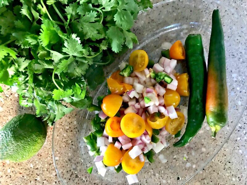 υλικά για σεβίτσε: κρεμμύδι, ντοματίνια, πιπεριές, λάιμ κόλιανδρος