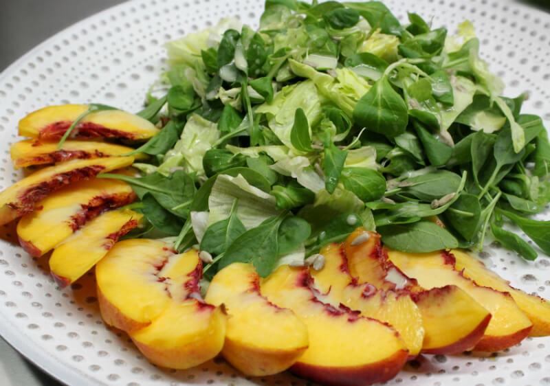 πράσινη σαλάτα με νεκταρίνια και σως σταφυλιού