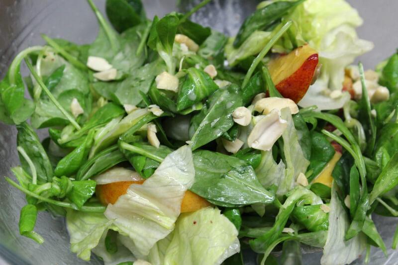 πράσινη σαλάτα με νεκταρίνια και βινεγκρέτ σταφυλιού