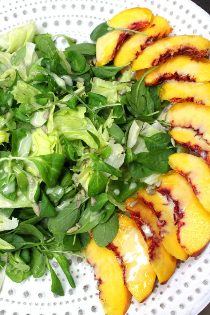 πράσινη σαλάτα με νεκταρίνια και βινεγκρέτ με σταφύλι
