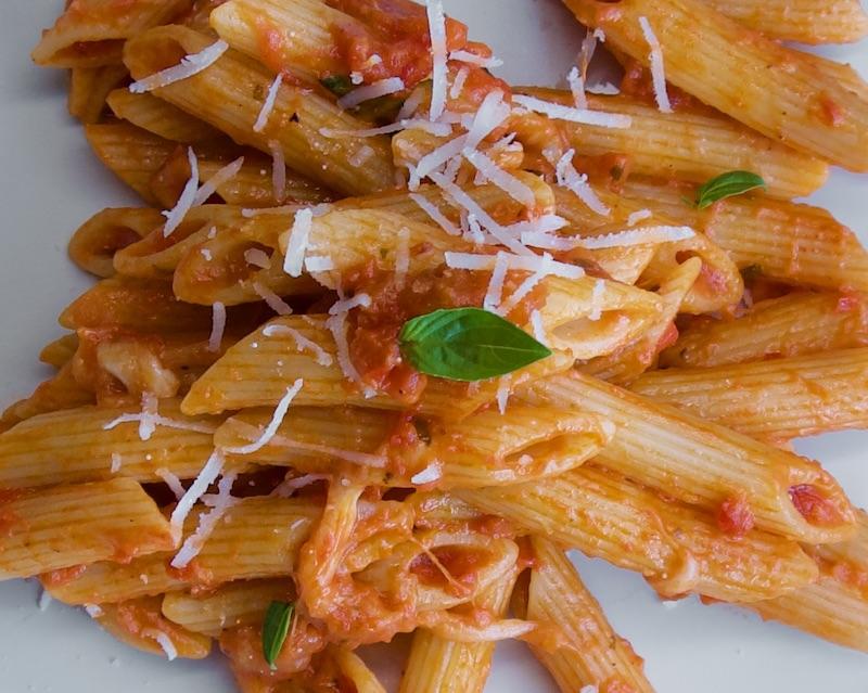 Πένες με κόκκινη σάλτσα