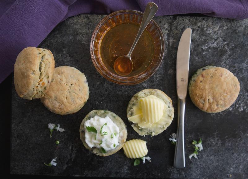 Σκονς συνταγή για αλμυρά και γλυκά ψωμάκια-κέικ