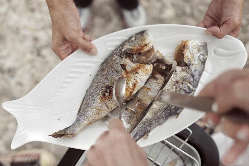 Ψήνοντας και δοκιμάζοντας ελληνικό ψάρι ποιοτικής ιχθυοκαλλιέργειας Fish from Greece
