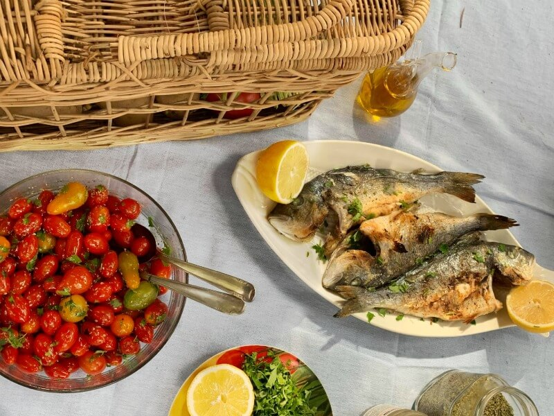 Δοκιμάζοντας φρέσκο ψητό ελληνικό ψάρι από ιχθυοκαλλιέργεια - Fish from Greece