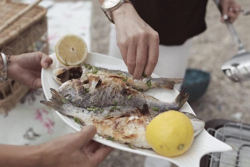 Ψήνοντας και δοκιμάζοντας ελληνικό ψάρι ποιοτικής ιχθυοκαλλιέργειας - Fish from Greece