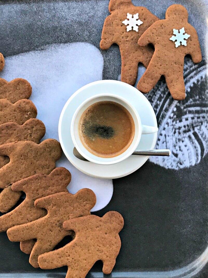 Εύκολα gingerbread cookies χωρίς αυγά - χριστουγεννιάτικα μπισκότα