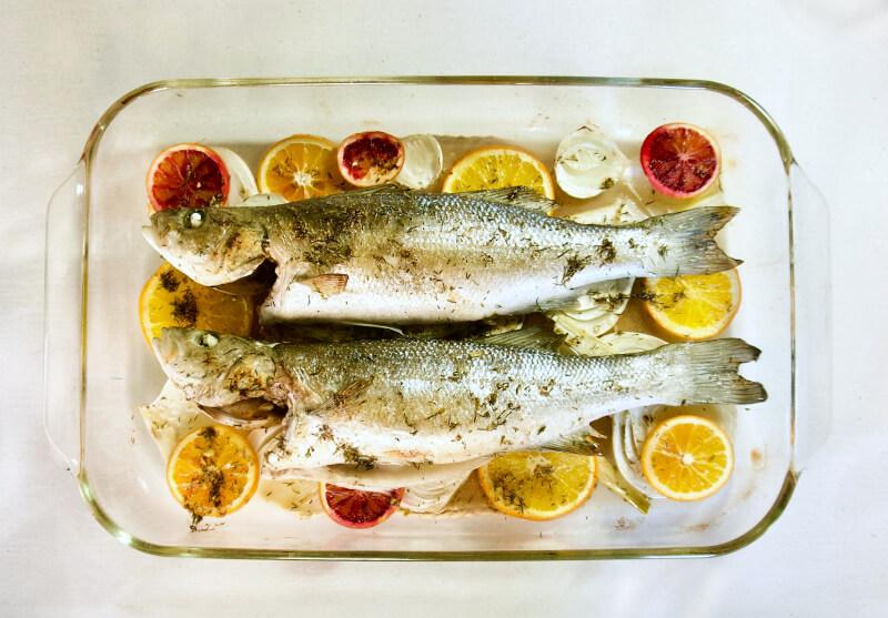 Λαβράκι με φινόκιο και πορτοκάλι στο φούρνo - λαβράκι ή τσιπούρα με μαραθόριζα - λαβράκι στο φούρνο με λεμόνι και μάραθο - ψάρι ψητό στο φούρνο εύκολο & γρήγορο