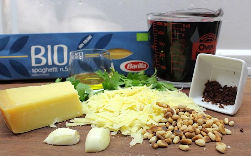 Bio Spaghetti Barilla, κόκκινο κρασί, σκόρδο, κουκουνάρι, παρμεζάνα