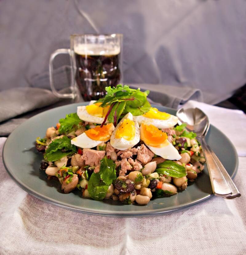 Οσπριάδα με λαχανικά, αυγά και τόνο - ανάμεικτα όσπρια σαλάτα - όσπρια μιξ - διάφορα όσπρια σαλάτα