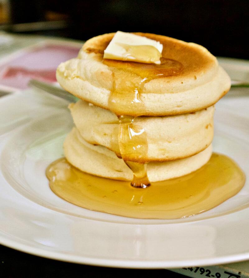 Αφράτες γιαπωνέζικες τηγανίτες σουφλέ χωρίς μπέικιν πάουντερ - ιαπαωνικά pancakes σουφλέ
