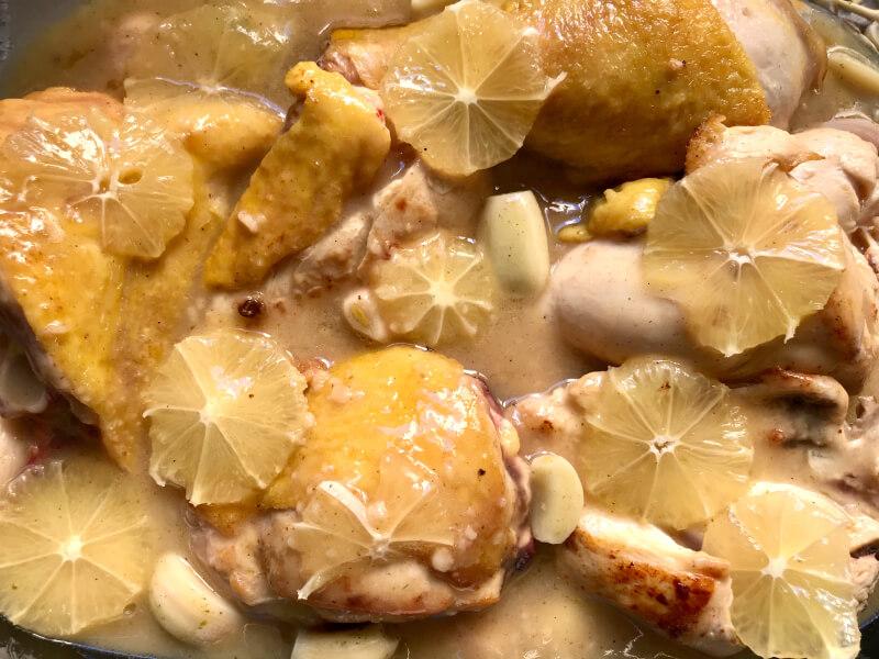 Φιλεταρισμένο ή κομμένο κοτόπουλο με σκόρδο και λεμονάτη σάλτσα με κουρκουμά στο φούρνο