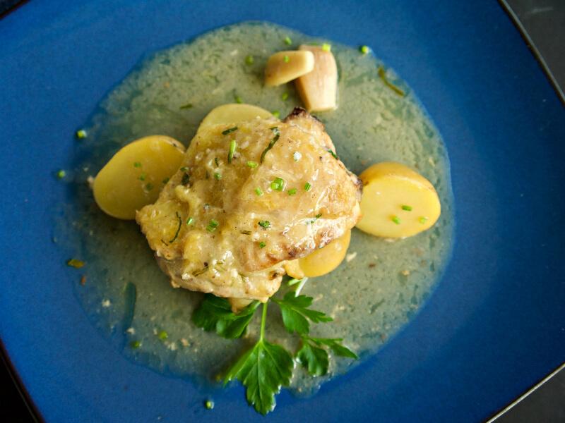 Ζουμερό κοτόπουλο με σκόρδο και λεμονάτη σάλτσα με κουρκουμά στο φούρνο