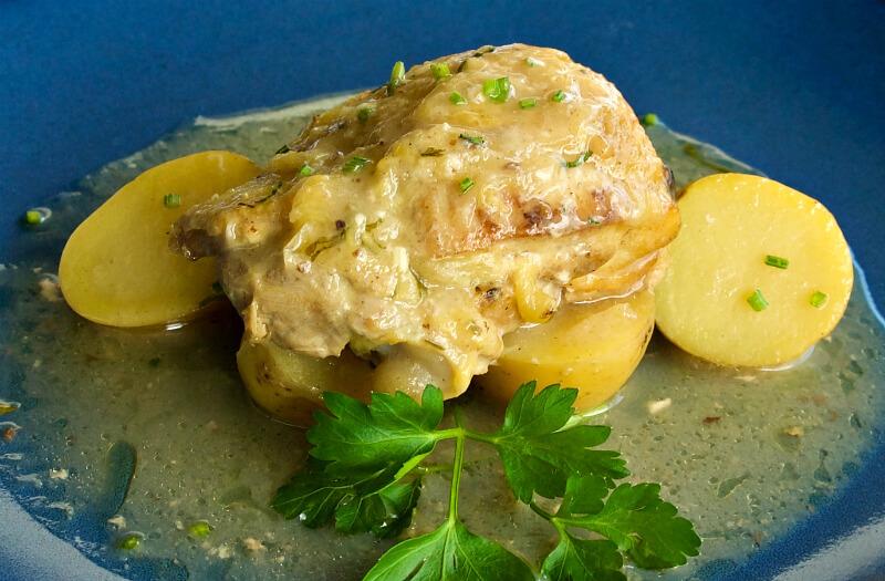 Ζουμερό, τρυφερό κοτόπουλο με σκόρδο και λεμονάτη σάλτσα με κουρκουμά στο φούρνο