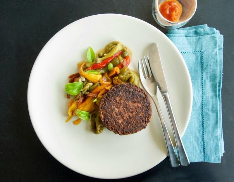 Χορτοφαγικό μπέργκερ - Beyond Burger με σαλάτα πιπεριές