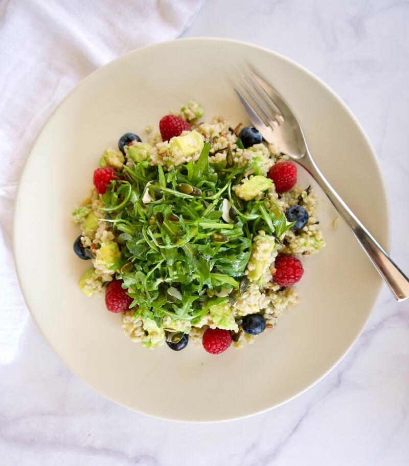 Πράσινη σαλάτα με κινόα, ρόκα και αβοκάντο